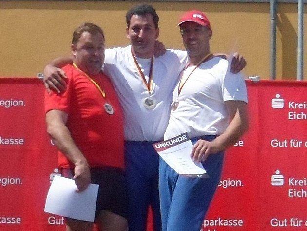 ZLEVA druhý Helmut Maryniak z 1. FC Passau  (letošní bronzový ze zimního ME v Itálii a zimní mistr Německa ), uprostřed Frank Werth z DJK LC Assindia Essen a Jaroslav Smělý.