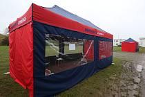 Litoměřická nemocnice postavila před odběrovým místem stanové přístřešky, aby lidé, kteří jdou na test koronaviru, nestáli v deštivém počasí venku.