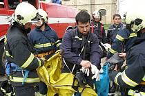 NÁMĚTOVÝCH CVIČENÍ absolvovali roudničtí dobrovolní hasiči celou řadu. Z jednoho z nich je i snímek.