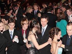 NERVOZITA, ALE I NADŠENÍ panovalo mezi účastníky Kurzů tance a společenské výchovy v Litoměřicích.