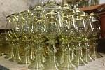 Sklář Robert Douša s manželkou Alenou již třetím rokem ve své malé sklárně v Úštěku vyrábějí krásné skleněné výrobky. Jedná se hlavně o napodobeniny historických skleniček a dalšího sortimentu včetně různých tvarů karaf.