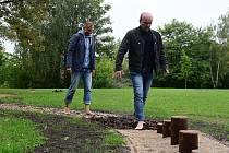 Radní Martin Hrdina a Lukas Wünsch si vyzkoušeli chůzi vrůznorodém terénu.
