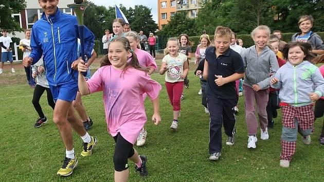 MÍROVOU POCHODEŇ sportovci přinesli také do Litoměřic. Na trasu běhu Peace Run se spolu s nimi z oválu při ZŠ Havlíčkova vydaly děti z atletické přípravky.