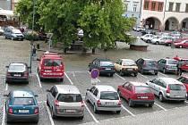Parkování na Mírovém náměstí v Litoměřicích.