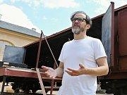 Pavel Chalupa, autor projektu Vlak Lustig připravuje kulisy, které budou při večerním představení na jevisti.