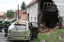 Řidič zemřel po nárazu do domu v Radešíně.
