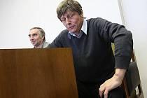 U SOUDU.  Gynekolog  Miroslav Grund si verdikt soudu ve středu vyslechnout nepřišel. Poslal za sebe advokáta.  Osobně byl pouze na prvním hlavním líčení, kdy vypovídal (viz. snímek).
