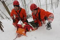 Poměrně drsné cvičení prožila asi desítka hasičů. V lese nedaleko Rýdeče ve velmi strmém terénu nacvičovali záchranu zraněného člověka.