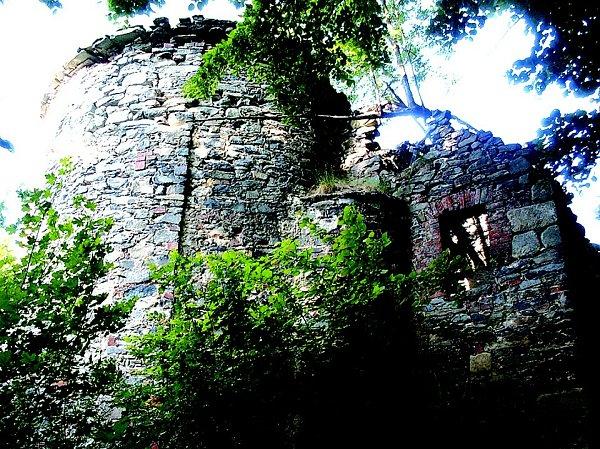 Nyní se na pět kilometrů vzdáleném pahorku od Úštěka tyčí mezi stromy a vzrostlými keři pouze zachovalé kostelní zdi. Ostatní prvky, které dominantu tvořily, jsou nenávratně pryč.