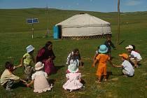ŠKOLA VE STEPI. Vyučování dětí v pastevecké komunitě v Mongolsku má na starost jedna z matek.