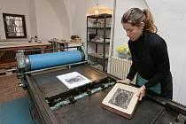Lenka Kahuda Klokočková ve svojí litografické dílně v Gotickém dvojčeti v Litoměřicích ukazuje techniku litografie. Archivní foto