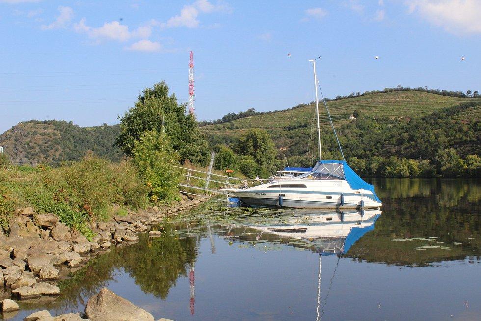 V tomto místě u přívozu v Malých Žernosekách má vyrůst nové stání pro osobní výletní lodě.