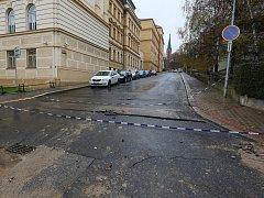 Propad vozovky zkomplikoval dopravu v ulici Na Valech