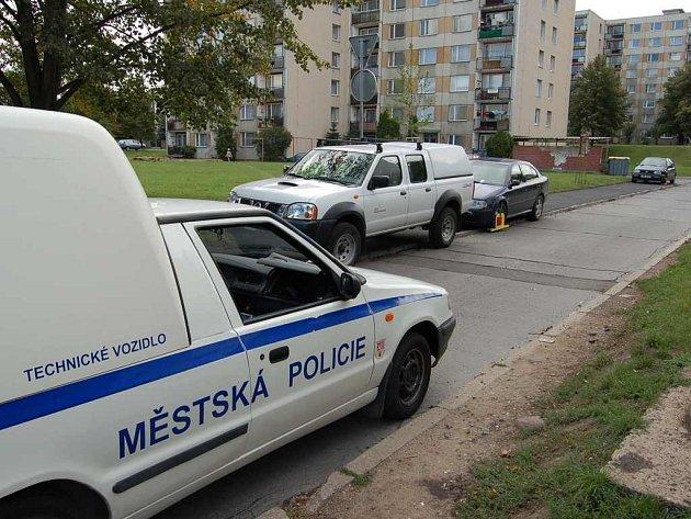 Parkování na chodnících může řidičům často  přivodit nepříjemnosti. Stejně jako se tomu stalo v úterý v Družstevní ulici, kde takto parkující vozidla odměnili strážníci botičkami.