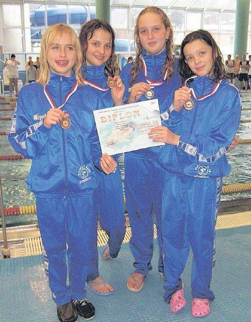 ŠTAFETA. Úspěšná štafeta děvčat na 4x50 volný způsob, která startovala ve složení (zleva): Adéla Černá, Alina Ardelánová, Bára Šormová a  Nikola Bukvajová.