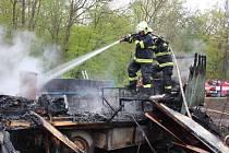 Hasiči vyrazili k požáru maringotky v Radovesicích