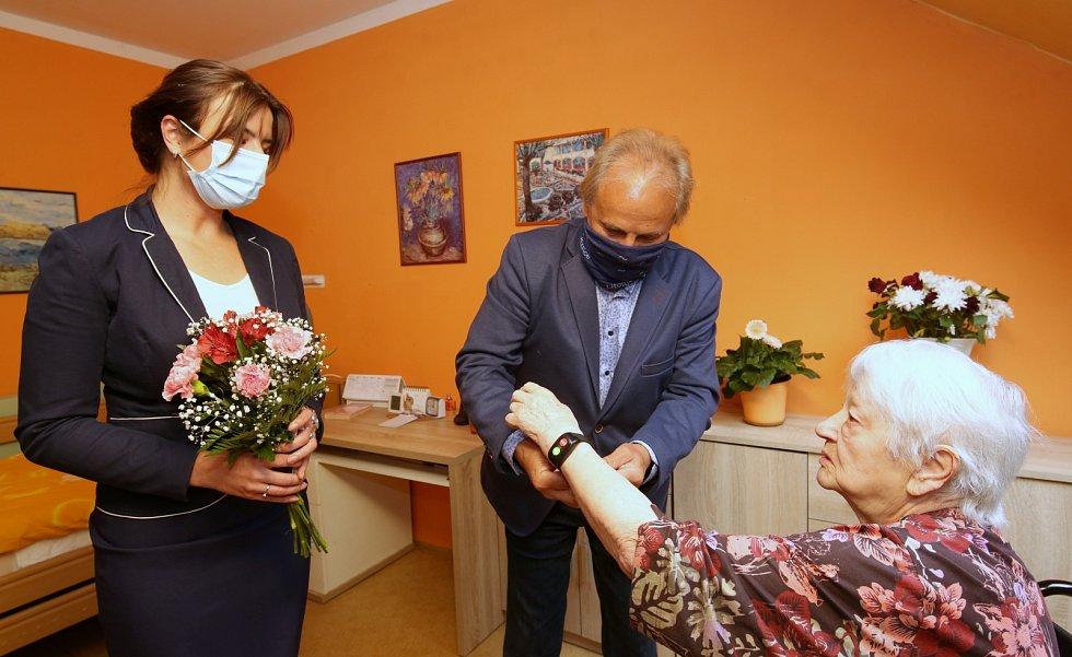 Seniorka v litoměřickém domě s pečovatelskou službou dostala SOS náramek