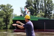 Spuštění obřího tankeru na vodu ve Lhotce nad Labem