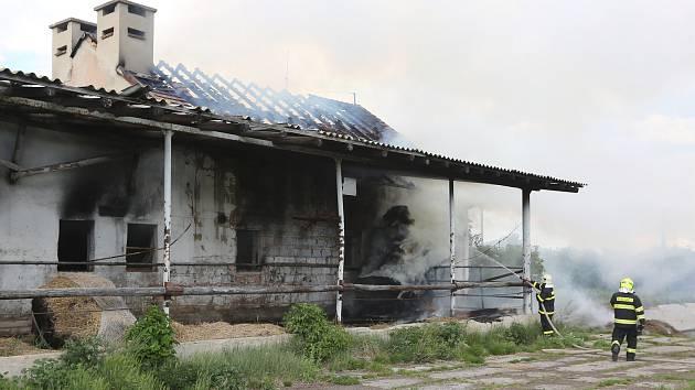 Hasiče zaměstnal požár bývalého kravína v Sulejovicích na Lovosicku.
