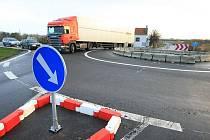 NOVÁ OKRUŽNÍ křižovatka v místě, kde se napojuje silnice ze směru Libochovice na lovosický obchvat. Právě v této lokalitě se v prosinci zvýší dopravní zátěž.