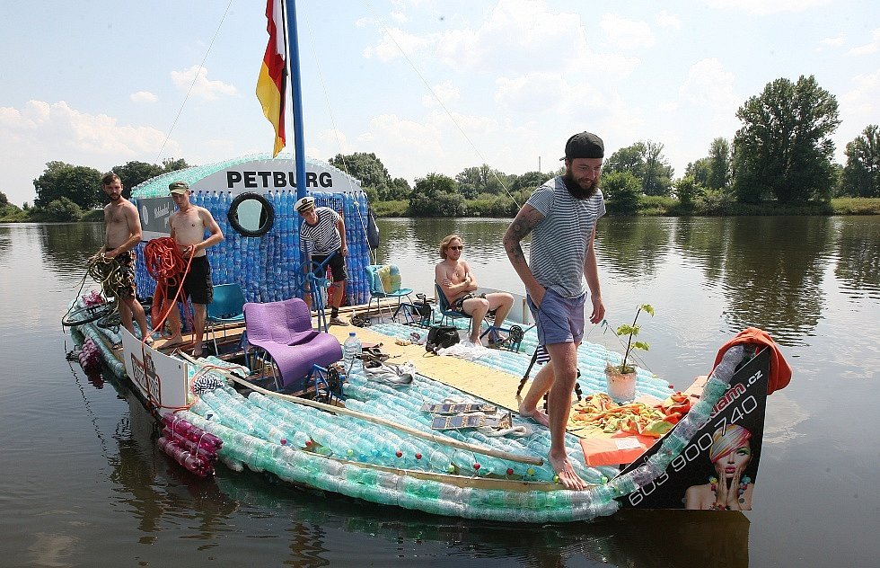 Loď z PET lahví Petburg proplula Litoměřicemi.