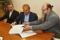 Starosta Litoměřic Ladislav Chlupáč (uprostřed) podepsal smlouvu s dopravcem na provozování MHD na dalších deset let.