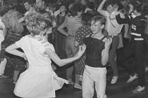 Taneční soutěže v jednom z tehdy nejnovějších kulturních domů v litoměřickém okrese si získaly velikou popularitu. Na konci si zatančili i diváci.