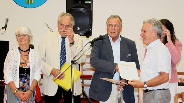 STAROSTA RUELLE Michel Tricoche převzal od starosty Roudnice nad Labem Vladimíra Urbana (uprostřed) certifikát k sazenici vinné révy, nad kterou převzalo francouzské město patronát.