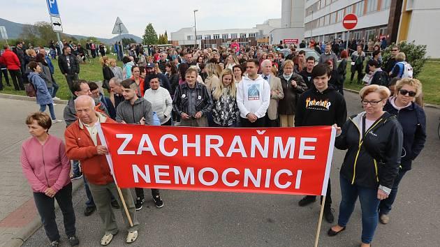 Demonstrace u městské nemocnice 1. května.
