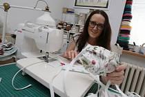 Nejenom funkčností, ale i designem se může pochlubit Olina Tlapáková z Litoměřic svými ručně vyrobenými ochrannými rouškami. Denně jich ušije více jak desítku.