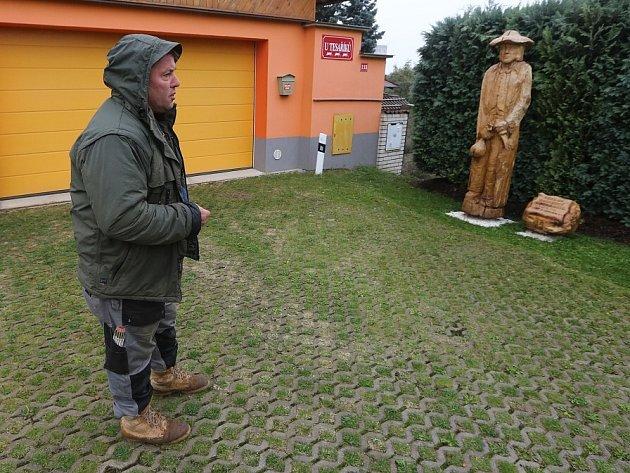 Lotr Babinský, rodák z Pokratic, má ve městě sochu
