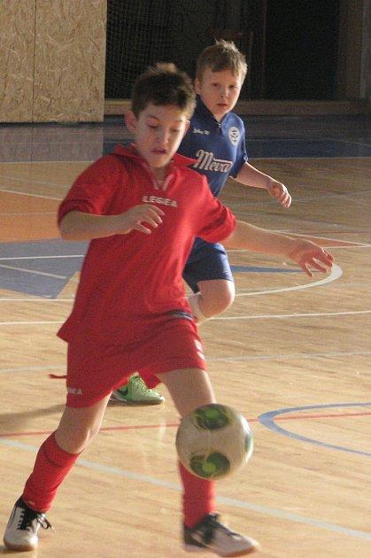 NA PALUBOVCE bojovali hráči pěti týmů.