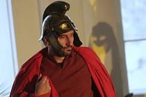 Hudební divadlo La Scuola HuDiLaS s představením Martin z Tours zavítalo na zámek do Ploskovic