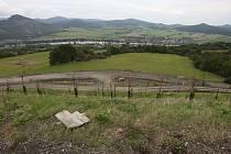 PRACKOVICE při pohledu z dálnice D8. Stavba má prý negativní vlivy na obec.