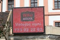 VELKOPLOŠNÁ OBRAZOVKA byla v městské památkové rezervaci Litoměřic neoprávněně umístěna v minulém týdnu. Město zahájilo správní řízení s reklamní agenturou, jež obrazovku provozuje. Ta zatím kroky města ignoruje a dále vysílá.