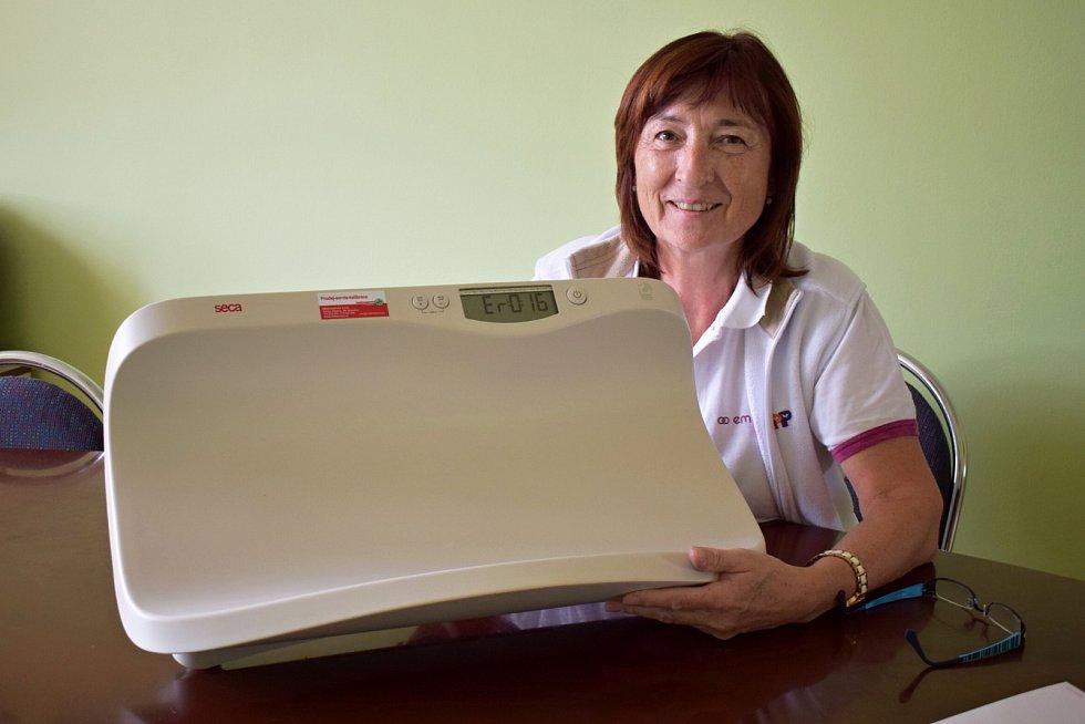 Vrchní sestra dětského oddělení litoměřické nemocnice Božena Haufová a nové váhy