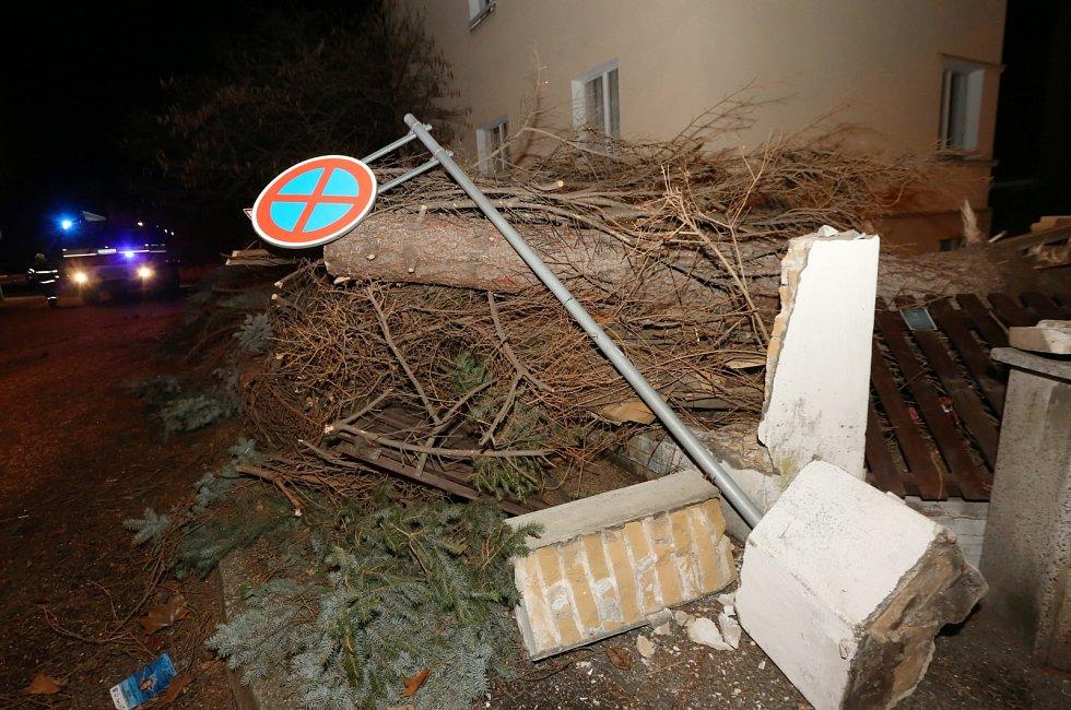 V Litoměřicích poškodil silný vítr plechovou část střechy vazební věznice. Hasiči ji museli po částech odřezávat. Dále vítr poškodil část plechové střechy na budově pedagogické školy. Hasiči rozřezávali i desítky popadaných stromů.
