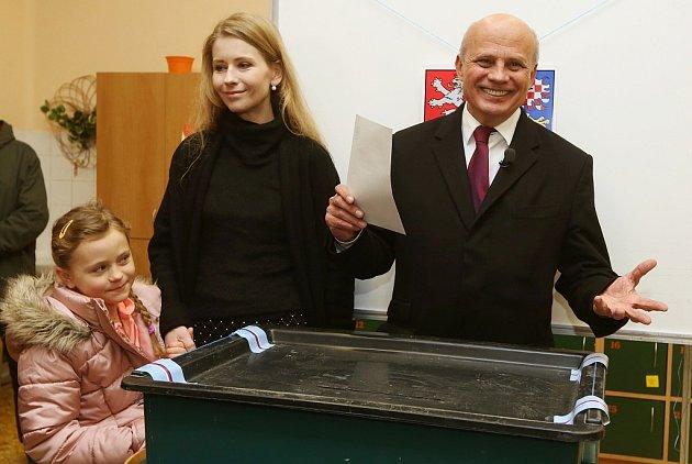 Prezidentský kandidát Michal Horáček odevzdal svůj hlas vpátek odpoledne vRoudnici nad Labem, kde bydlí