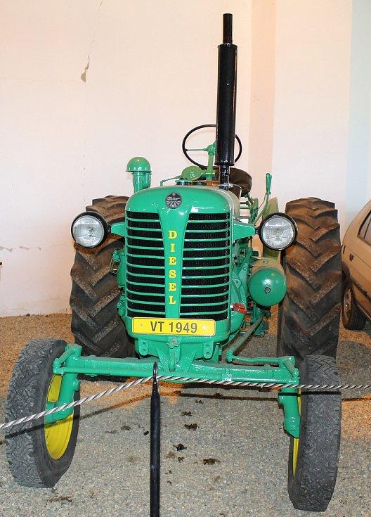 Více než stovku exponátů v podobě automobilů, motocyklů nebo i nákladních a užitkových vozů především z dob socialismu mohou spatřit návštěvníci Automuzea v Terezíně.