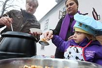 UŽ PODRUHÉ Jaroslav Tesař nabízel před Zámeckou restaurací rybí polévku a svařené víno. Peníze půjdou na dobrou věc.