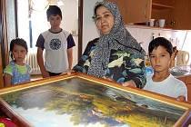 NOVÝ DOMOV. V Podsedicích, v bytě po kazašských Češích, našli už tento týden azyl uprchlíci z Uzbekistánu. Odina Karimova se tu včera spolu s dětmi zabydlovala.