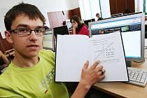 VÍTĚZ. Lukáš Černosta se svou odbornou prací v počítačové učebně školy.