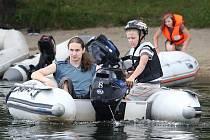 JAKO NA MOŘI se cítí děti, které řídí čluny. V rámci letního soustředění na pískovně u Píšťan pilují to, co se během roku naučily.