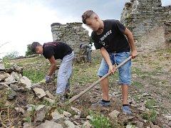 Nezletilí delikventi z nápravného zařízení v Boleticích na Děčínsku pracují v rámci pracovní terapie na zřícenině hradu Kalich u Třebušína na Litoměřicku.