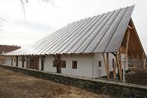 ORIGINÁLNÍ stavba v Dobříni. Autorem je Jiří Střítecký, který byl označován za nejoriginálnějšího českého architekta. V roce 2012 podlehl v 58 letech rakovině.