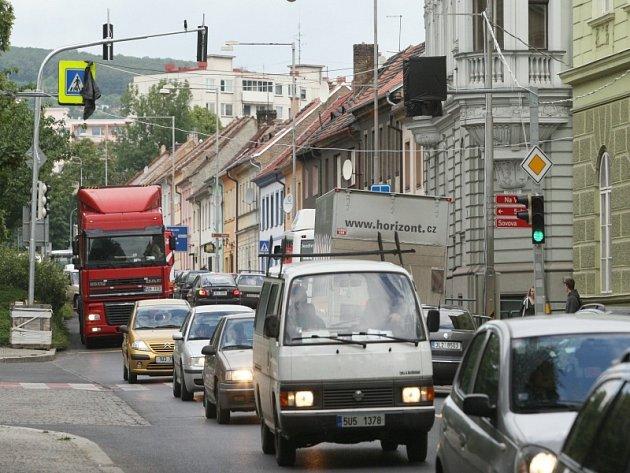 Na zkoušku instalované semafory u dvou přechodů pro chodce na litoměřické třídě Na Valech zatím budí rozpaky. Čeká se na optimální seřízení intervalů spouštění světel