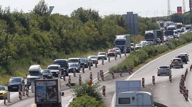 Kolona na dálnici D8.