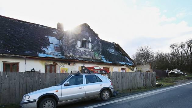 Nepořádek v okolí domu na kraji vesničky Zimoř u Liběšic je nepřehlédnutelný. Obec nyní majitele vyzve k úklidu.