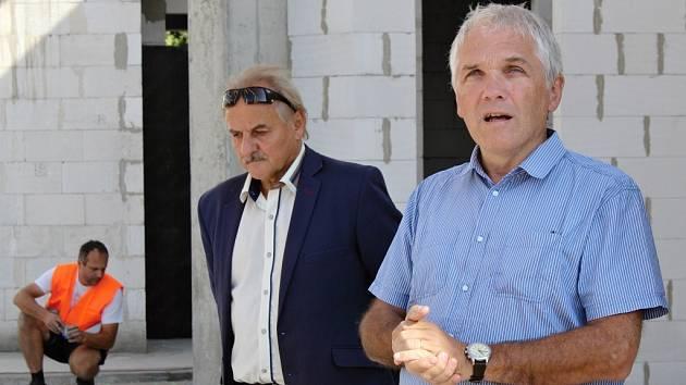 Tomáš Fischer z Univerzity Karlovy (vpředu) a starosta města Litoměřice Ladislav Chlupáč