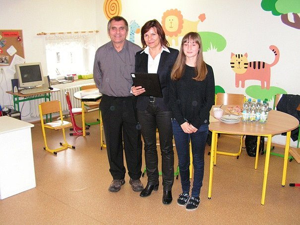 Dopravní studii předala paní Ing. V. Brunclíkové žákyně Š. Váchová, vlevo autor studie pan Ing. V. Budinský.
